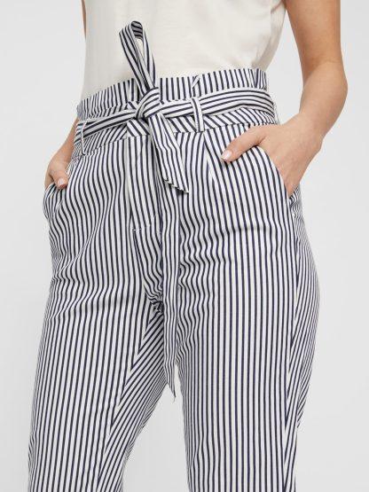 Calça cintura alta com cinto